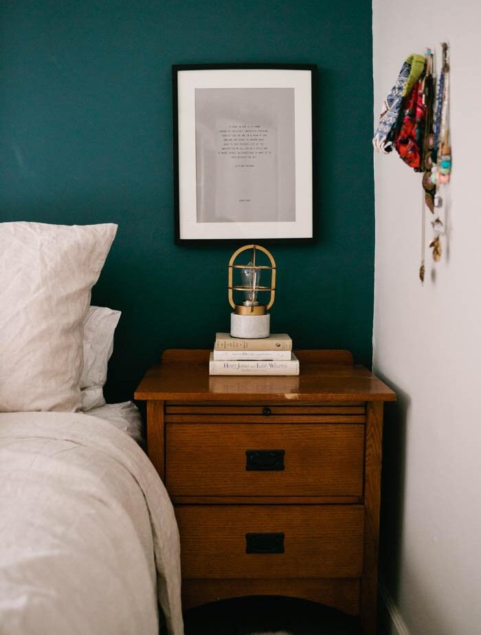 amenagement chambre bleu petrole pour le mur de fond, table de nuit en bois rustique, linge de lit blanc, pile de livres, lampe de chevet retro originale