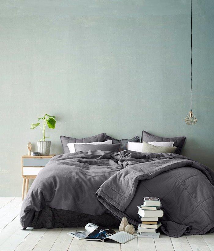 amenagement chambre bleu celadon avec des teintes de jaune, vert et gris, linge de lit gris, parquet clair, table de nuit scandinave, suspension originale