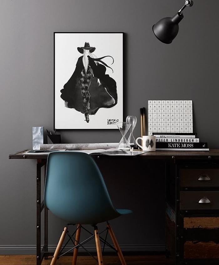 amenagement coin bureau avec mur gris, bureau en gris, noir et bois, chaise couleur bleu canard, nuance pétrole, deco mur de dessin noir et blanc artistique