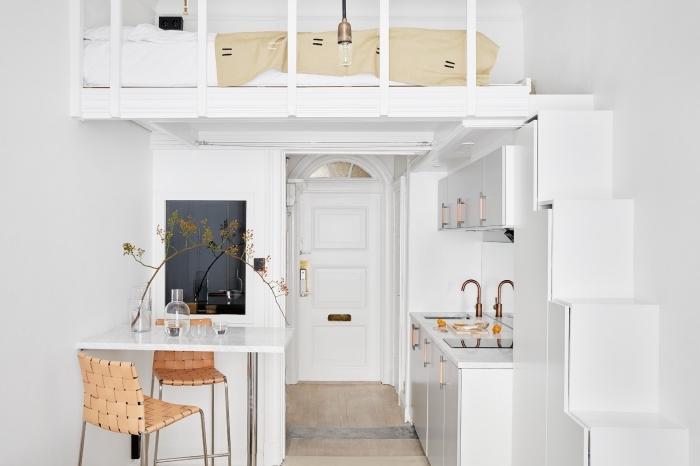 inspiration scandinave, décoration petite cuisine en blanche avec finitions cuivrées, petit ilot blanc avec chaise beige