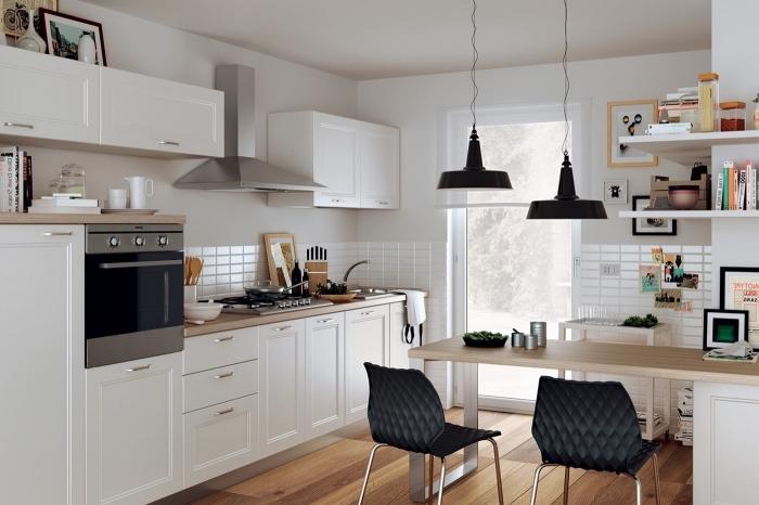 modele de cuisine, revêtement de sol en bois stratifié avec murs et plafond en blanc, carrelage murale en blanc