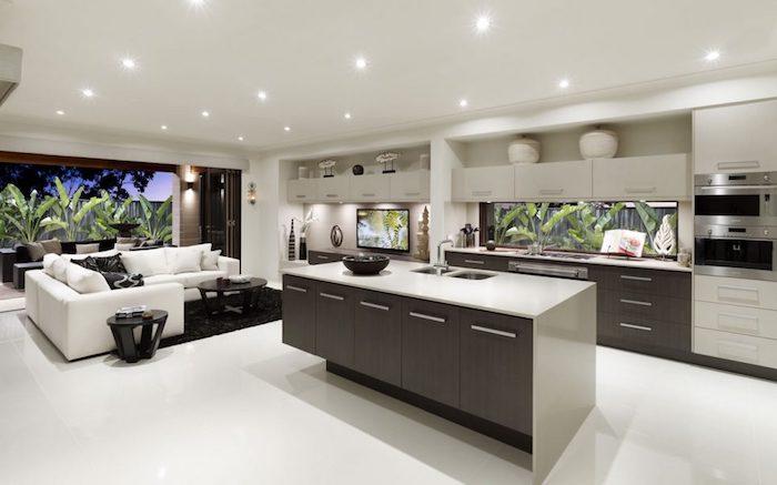comment aménager une cuisine en longueur blanche et bois avec ilot central en bois marron et plan de travail gris, canapé blanc, et tables basses en bois