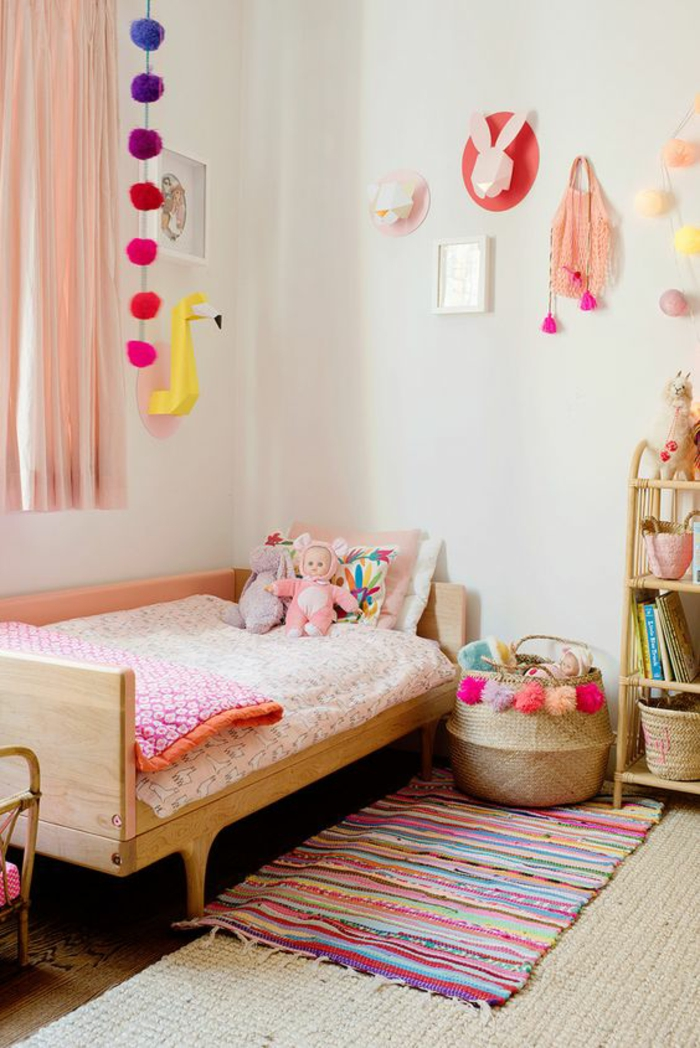 décoration chambre adulte amenagement petite chambre en coloris vives, avec des grands pompons autour de la fenêtre et au dessus du meuble de rangement