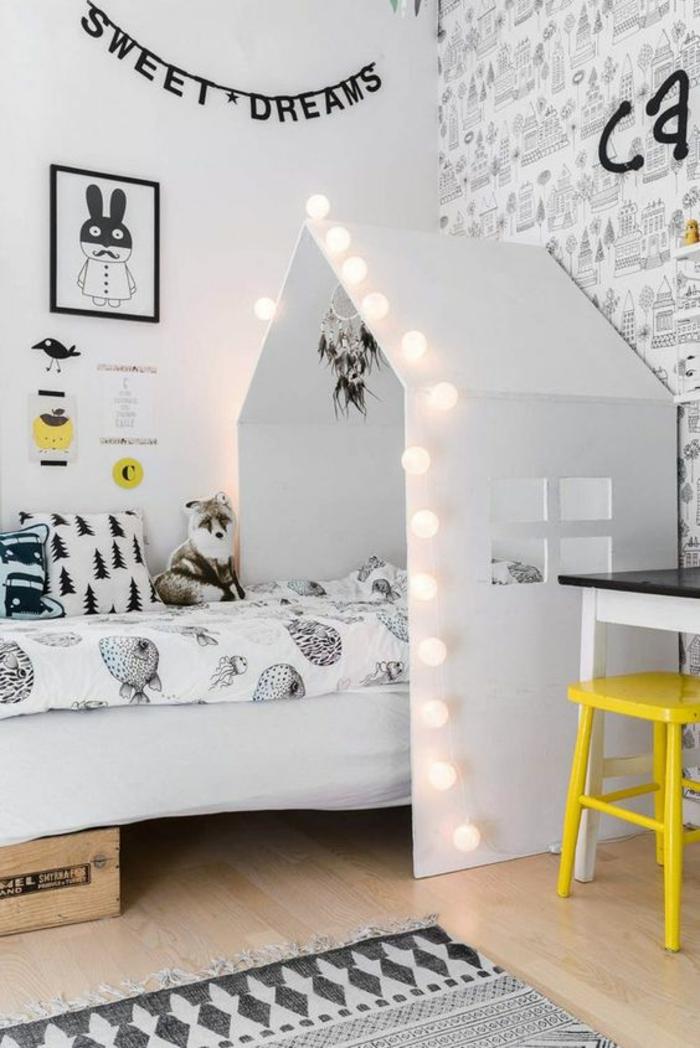 aménager une petite chambre enfant avec tête de dans une maisonnette blanche avec des ampoules lumineuses, murs décorés avec des inscriptions amusantes en couleur noire