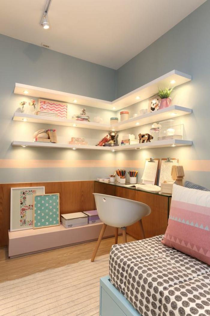 deco petite chambre adulte, avec des murs en bleu pastel, des étagères blanches, une rayure horizontale rose sur le mur, chaise en plastique blanche, avec des pieds en bois clair
