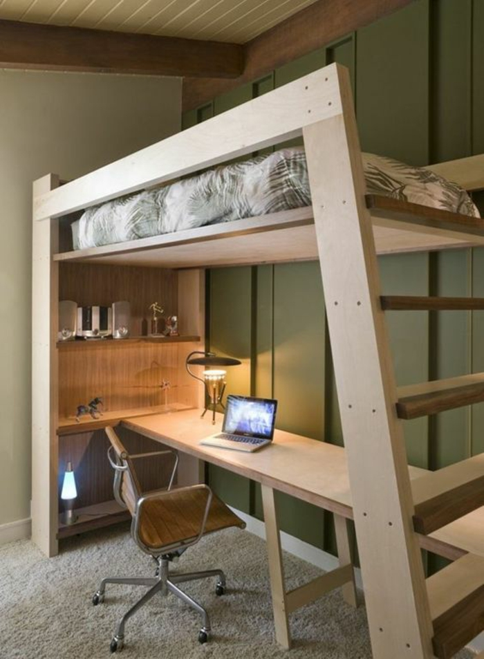 deco petite chambre adulte en bois clair avec lit au deuxième niveau et des escaliers pour y monter, matelas du lit aux motifs floraux, moquette en beige clair