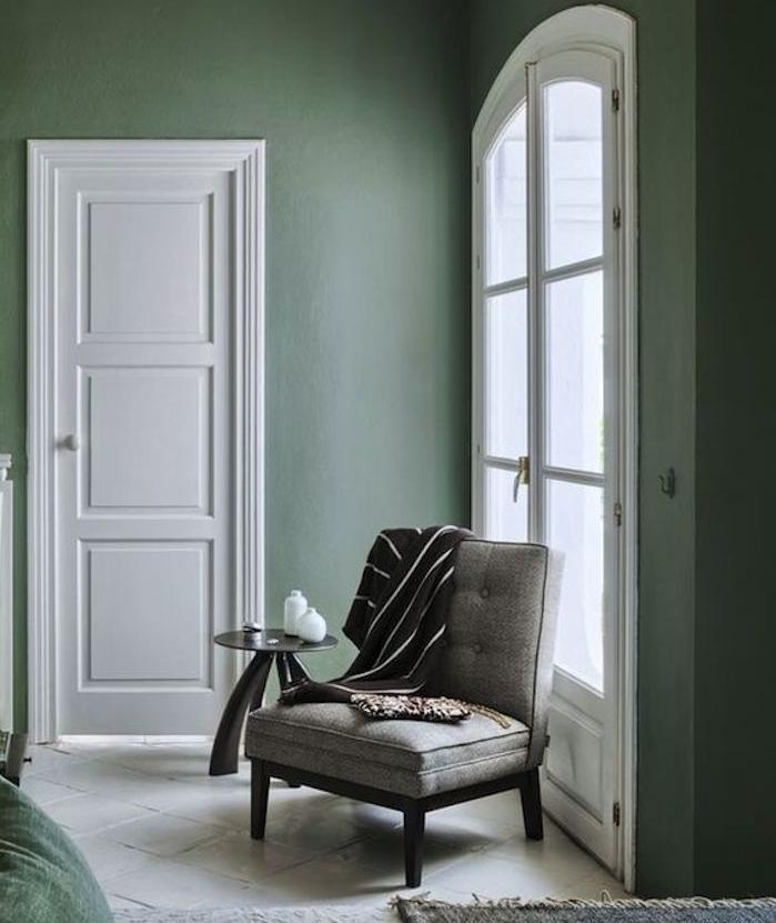 amenagement salon vert pastel avec des teintes de gris et de vert, nuance céladon, chaise gris, carrelage blanc