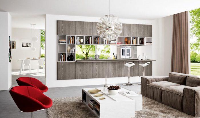 amenagement petite cuisine en bois, suspension boule originale, canapé et tapis gris, fauteuils rouges, table basse blanche