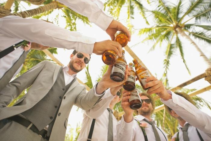 Photos mariage originales poser et prendre la photo idéale avec de la bière au centre de la photo mariage idée photo