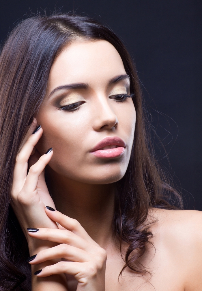 technique maquillage yeux marrons, contouring visage au fond de teint nuance pèche avec lèvres rose et fards à paupières beige