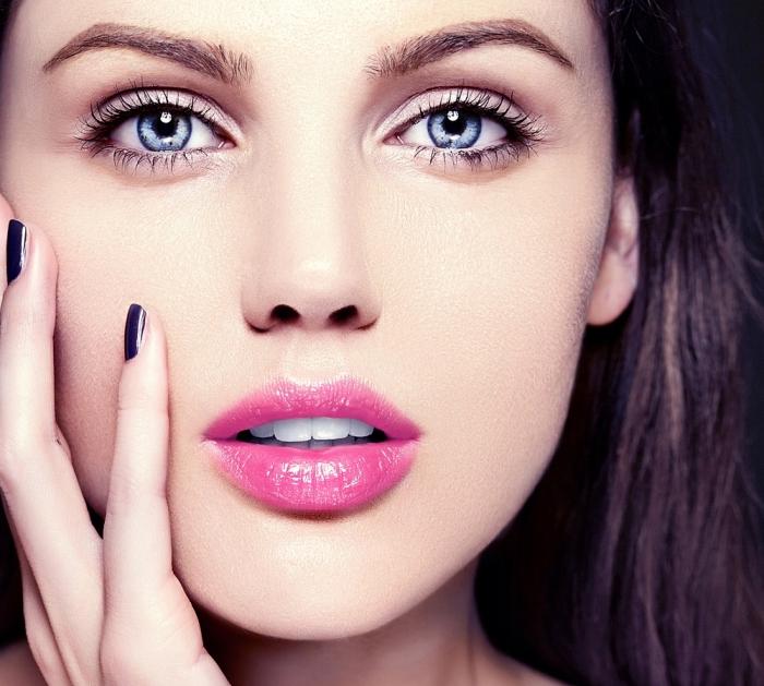 comment se maquiller les yeux, femme aux yeux bleus et lèvres rose, contouring visage facile nuance claire