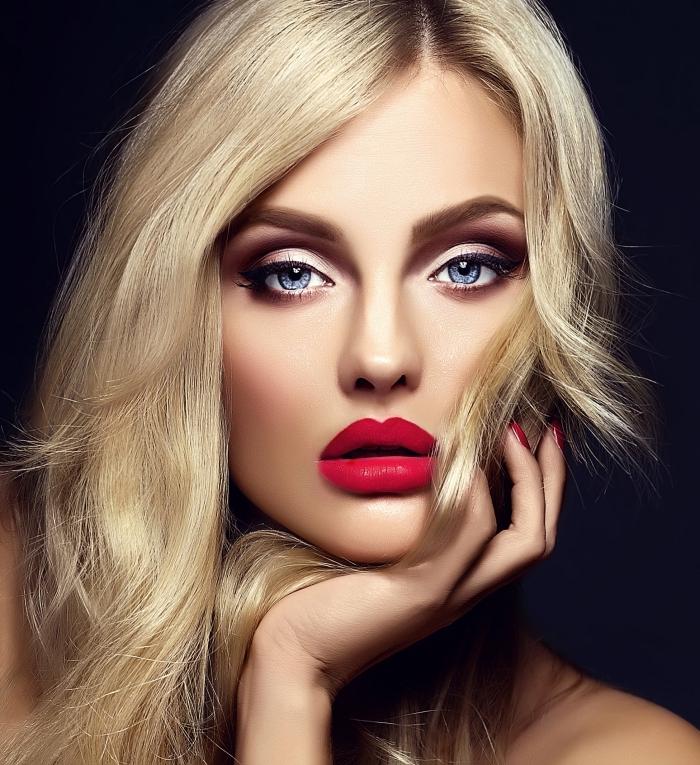 comment maquiller ses yeux, femme aux cheveux blond miel longs, maquillage avec fards à paupières rose et lèvres rouges