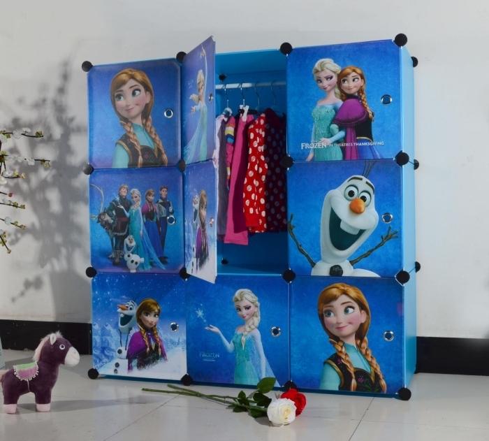 decoration reine des neiges, chambre d'enfant aux murs blanc et plancher blanc, garde-robe bleu à stickers Frozen