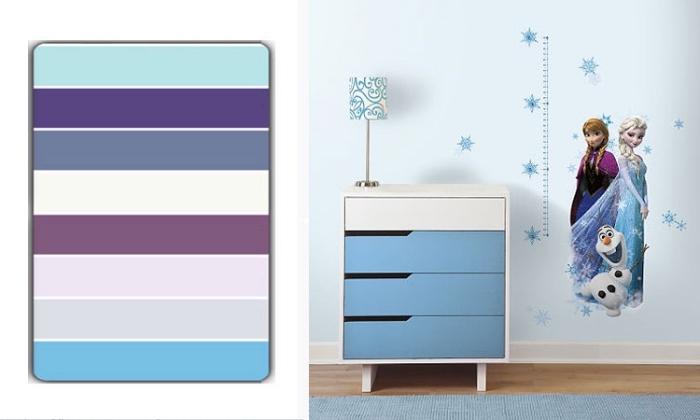 peinture interieur, chambre d'enfant aux murs bleu clair et sol en bois, lampe de chevet à pied métallique et design blanc et bleu