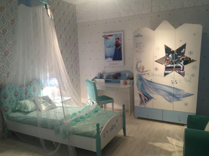 decoration reine des neiges, chambre d'enfant aux murs papier peint à motifs reine de neige, petit bureau blanc avec chaise turquoise