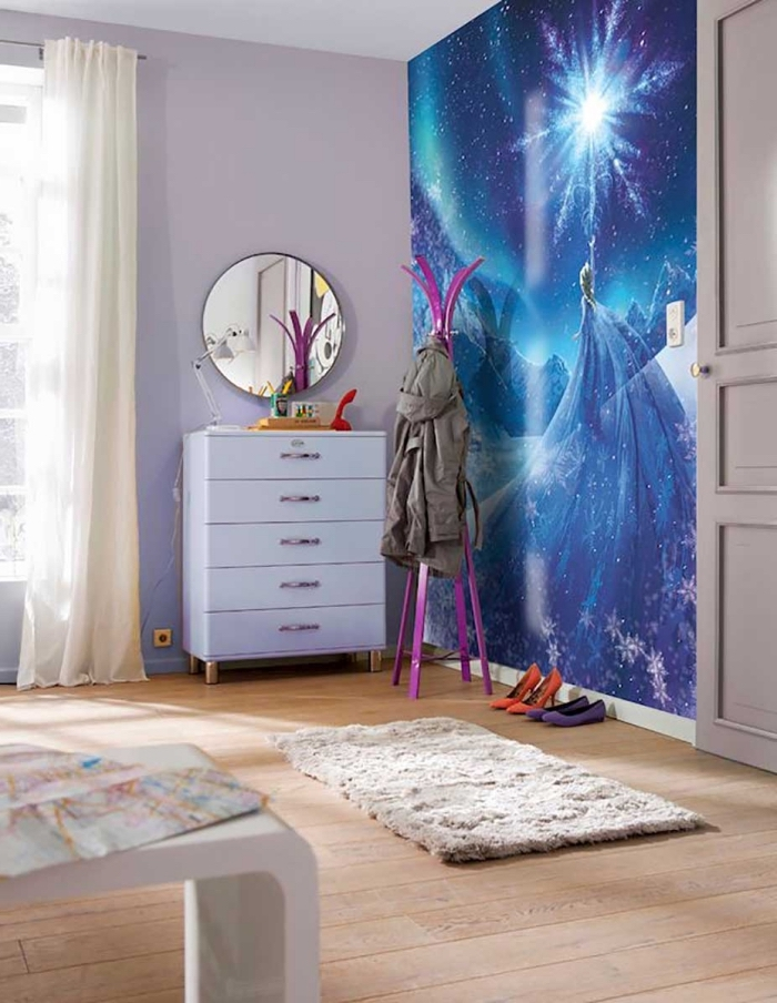 chambre reine des neiges, tapis beige moelleux sur plancher de bois clair, sticker autocollant mural à design Elsa