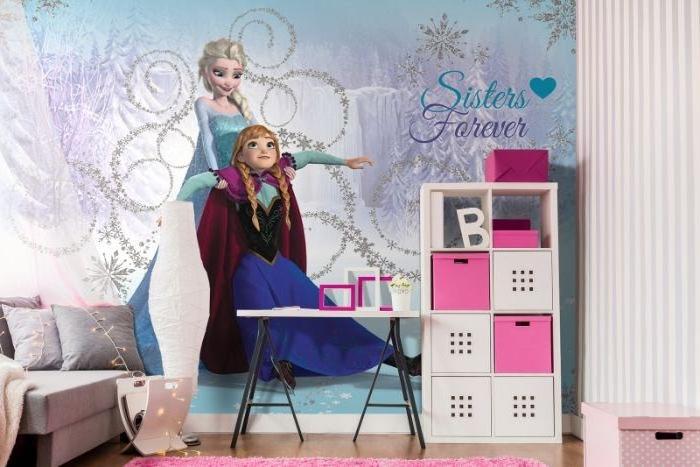 aménagement chambre fille à motifs Frozen, lit gris à baldaquin avec guirlande lumineuse, chambre au plafond bois et mur à sticker Anna et Elsa