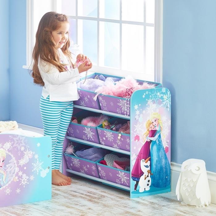 peinture interieur, chambre d'enfant aux murs bleus et plancher en bois, rangement jouets en violet avec dessins Elsa Anna Olaf