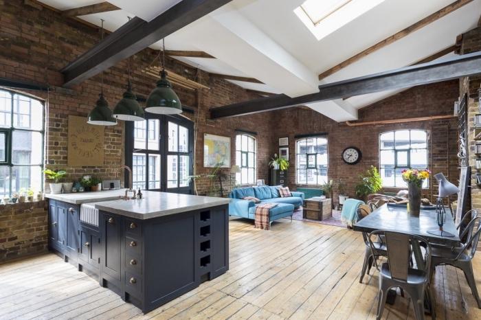mobilier industriel, cuisine industriel loft ouverte vers le salon aux murs briques et plafond blanc avec poutres bois noir