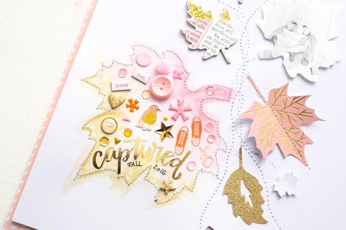 livre photo personnalisé, page scrapbooking avec décoration en feuilles de papier et peinture acrylique