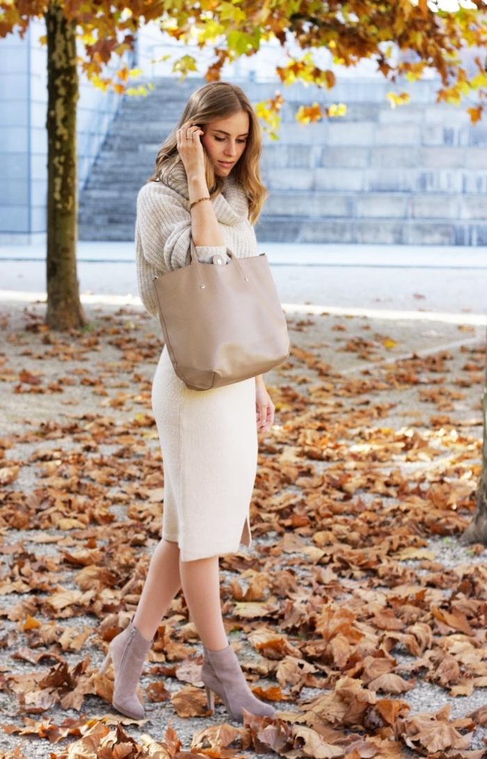 comment porter les couleurs neutres, modèle de jupe mi longue en blanc avec pull et sac à main beige