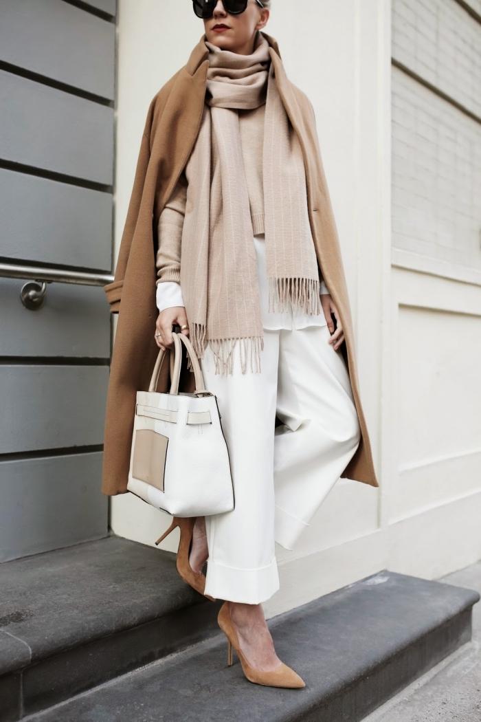 style vestimentaire femme, comment associer les vêtements neutres, écharpe longue beige avec pantalon et sac à main blancs