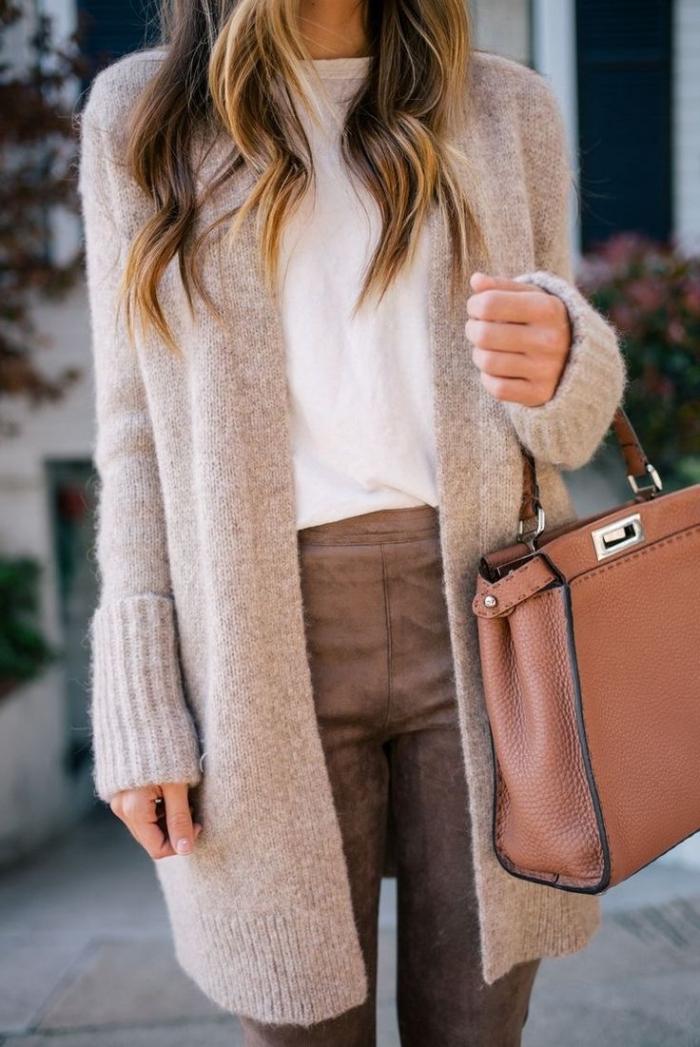 porter les couleurs neutres femme, pantalon en velours marron avec blouse blanche et gilet long en beige