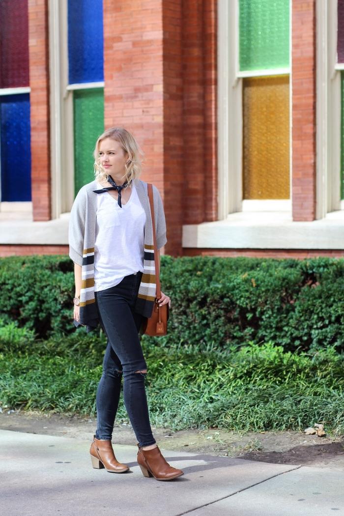 coupe de cheveux femme coloration blonde avec racines foncées, pantalon noir déchiré sur genoux avec bottines et sac à main marron