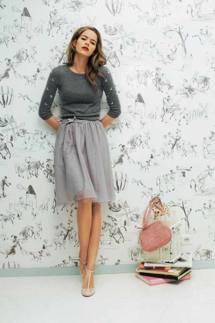 idée comment s'habiller en monochrome, jupe longueur genoux en gris clair avec blouse gris foncé et chaussures gris clair
