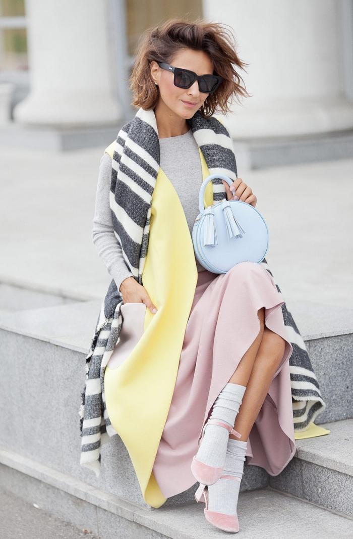 vetement femme fashion, chaussures rose pastel avec jupe longue rose pastel et écharpe longue rayée en blanc et gris