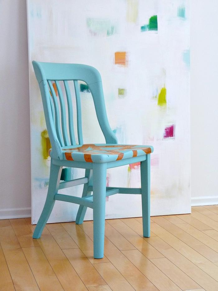 chaise relookée avec de la technique du masking tape pour un effet graphique sur l assise