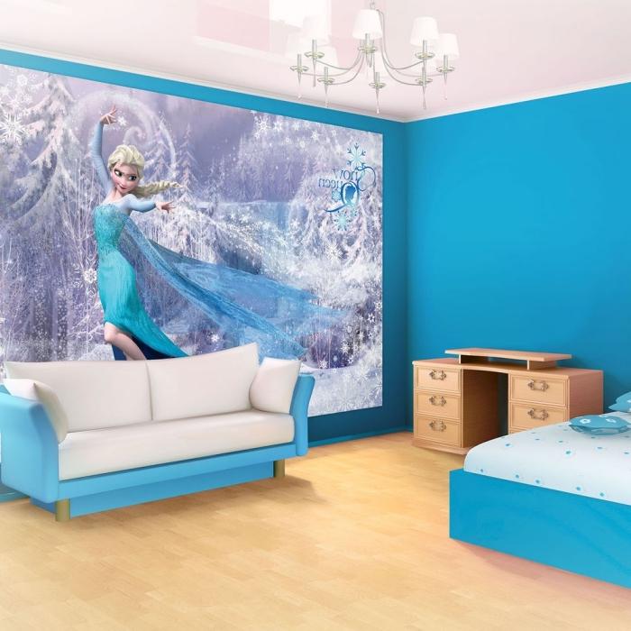 peindre un mur, chambre d'enfant à design reine des neiges, lit et canapé en blanc et bleu, sticker autocollant murale à design Elsa