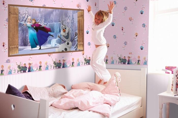 deco chambre fille, papier peint rose avec dessins à design Frozen, tête de lit en bois blanc, table de chevet en bois peint blanc