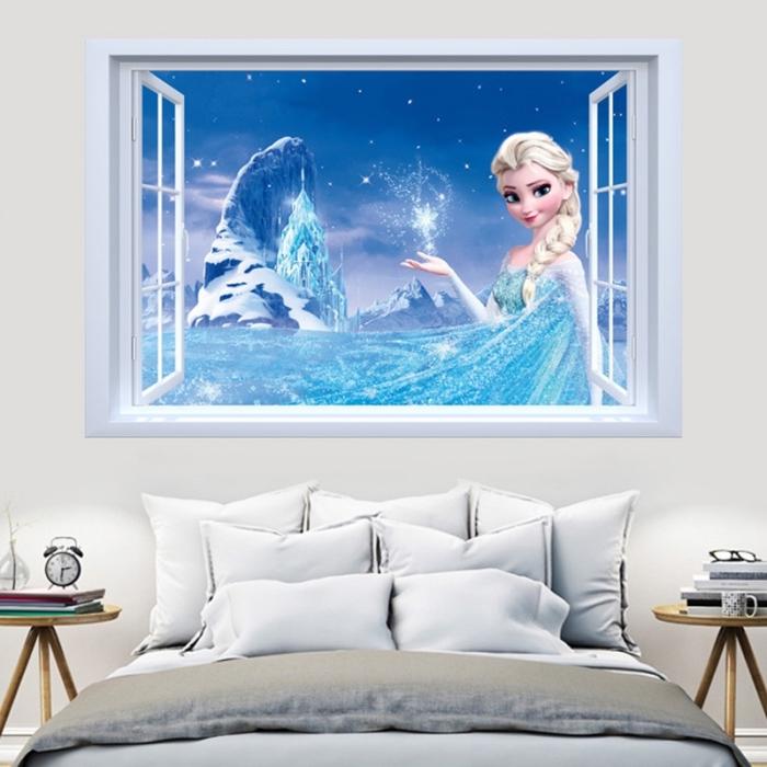 decoration reine des neiges, chambre d'enfant aux murs blancs avec sticker autocollant à design elsa