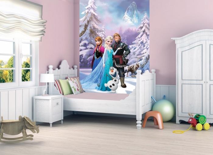 stickers reine des neiges, plan d'aménagement chambre d'enfant, petit lit enfant avec cadre en bois peint en blanc