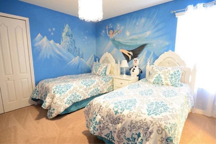 deco reine des neiges, couverture de lit en blanc à design volutes beige et bleu, Olaf en péluche, rideaux longs et blancs