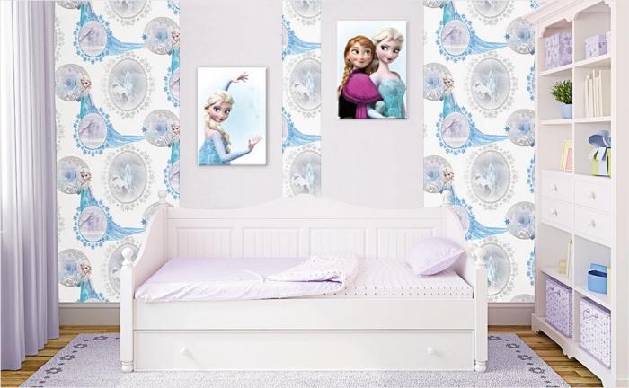 peinture interieur, papier peint mural en blanc bleu et gris à design Elsa, tapis rectangulaire en violet clair à motifs floraux