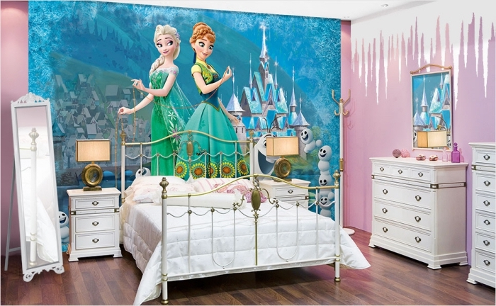 decoration reine des neiges, murs chambre enfant peints en rose et blanc, stickers autocollant mural à design Elsa et Anna