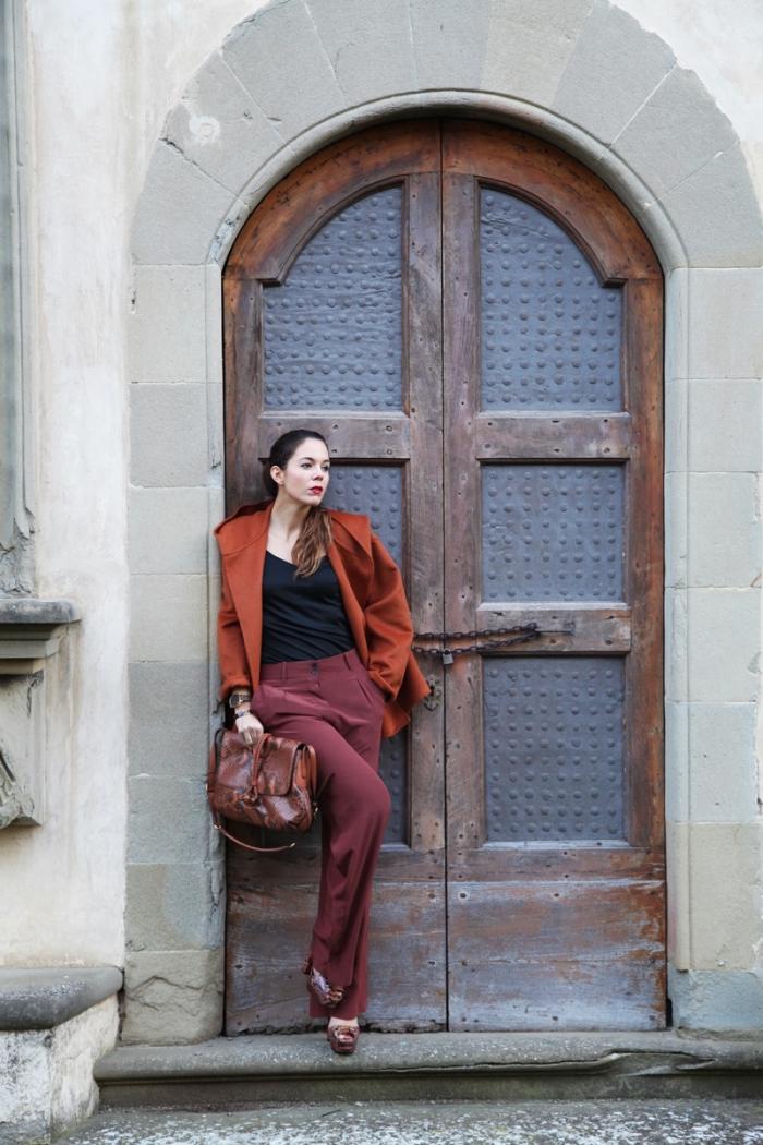tenue femme en pantalon bordeaux blouse noire et blazer orange foncé, modèle de sac à main en cuir marron