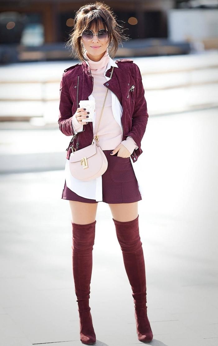 combiner le rose et le rouge tenue femme, blouse et sac à main en rose pastel avec jupe et veste en cuir en bordeaux