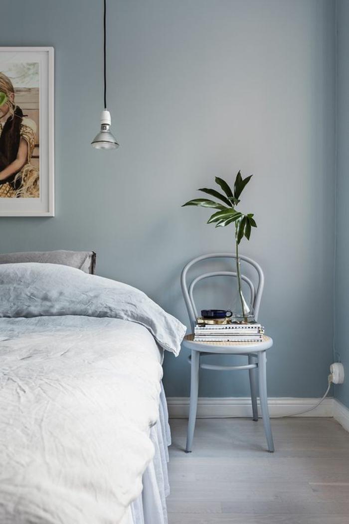 deco chambre adulte bleu pour une ambiance apaisante grand tableau au dessus du lit et ampoule moderne suspendue au dessus du lit
