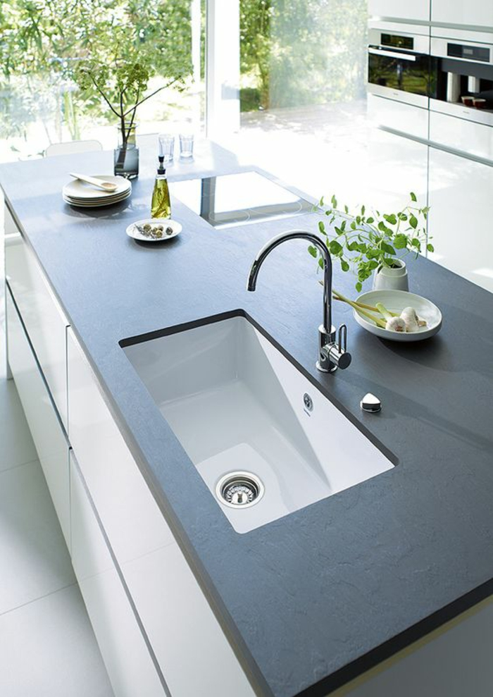 couleur bleu gris cuisine tendance plan de travail en nuance de bleu avec des meubles en blanc