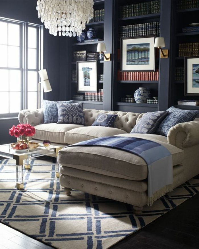 deco salon bleu canard avec tapis aux losanges en bleu et blanc et grand lustre en pampilles de carton