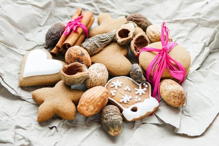 biscuits, sablés, noix et cannelle avec decoration de ficelle rose sur un bout de papier simple, fond d ecran noel gourmand