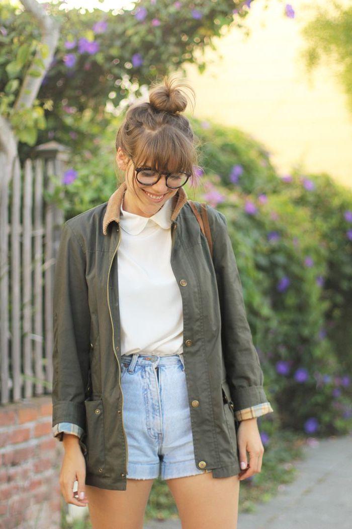 look preppy de mi-saison avec une chemise à col claudine, mini shorts en jean et un blazer femme kaki mi-long