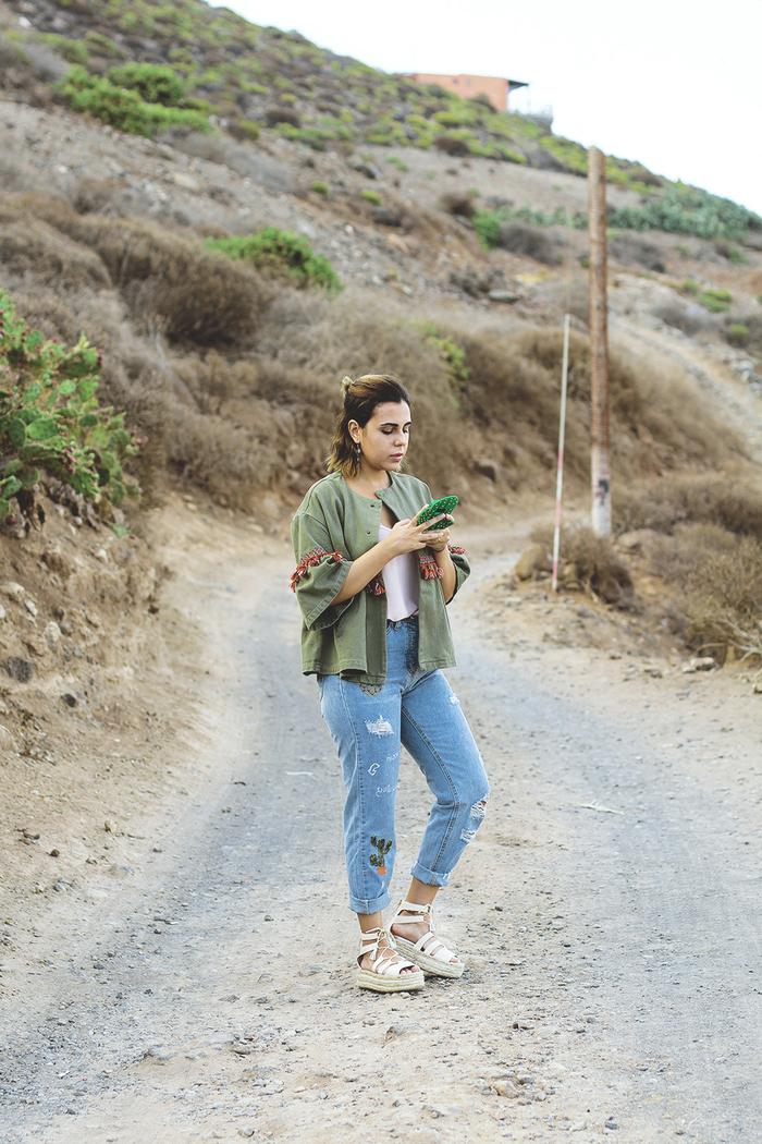 parka courte femme de mi-saison à manches évasées et brodées combinée avec un jeans vintage troué et des espadrilles