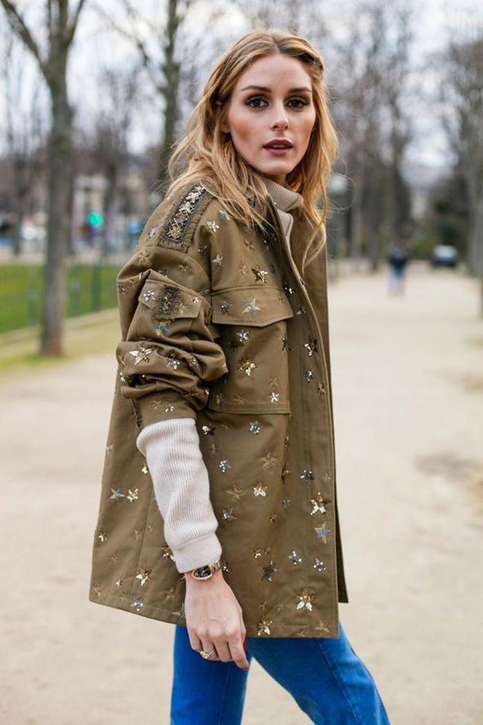 parka courte femme à broderies fleuries de style militaire assortie avec un pull à col roulé couleur crème
