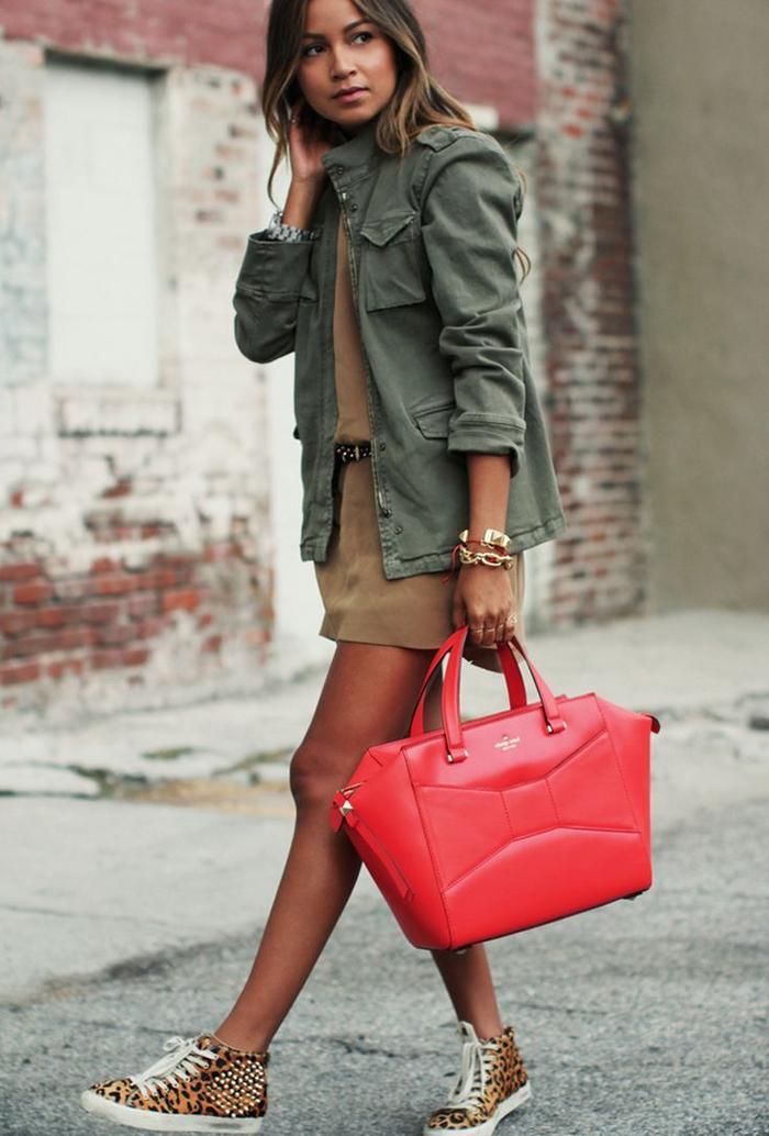 look aux tons de terre avec un blazer femme kaki de style militaire et robe chemise camel, aux accents colorés et chic