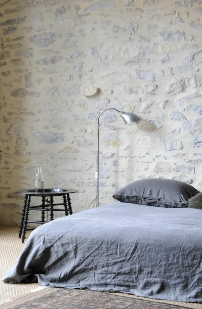 nuance de bleu bleu cyan deco chambre adulte bleu avec mur en pierres brutes en blanc et bleu gris