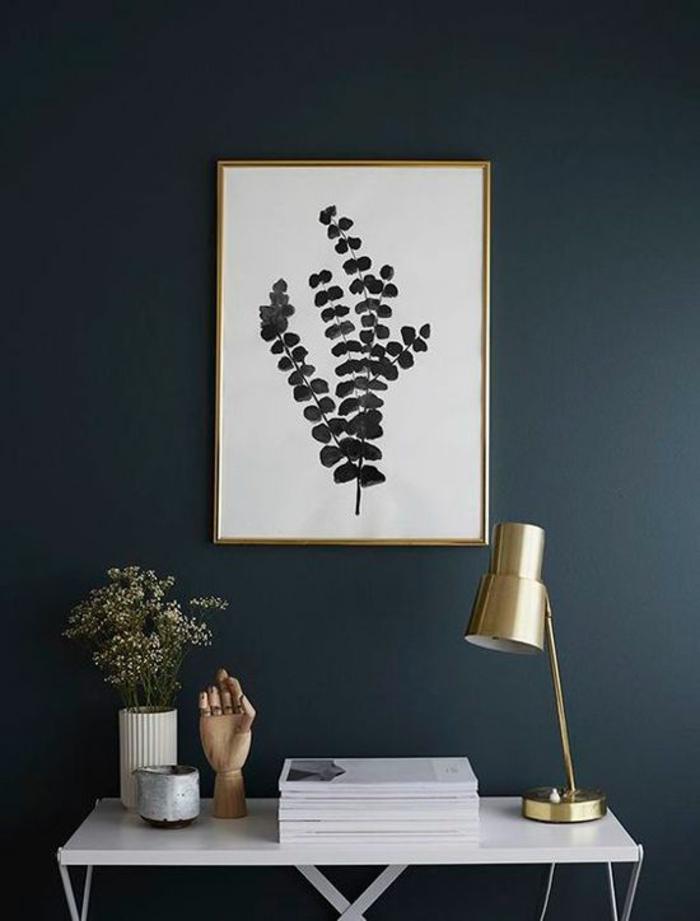 bleu cyan nuance de bleu couleur bleu gris décoration d entrée avec table pliante en blanc et des objets déco luminaire pour meuble en couleur or brillant